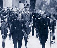 Hans Thomsen, el líder del partido Nazi en España, en el centro.
